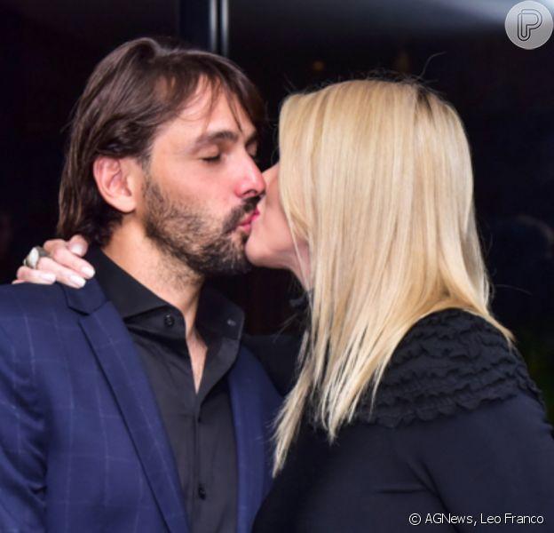Val Marchiori trocou beijos com o noivo, Thiago Castilho, na festa de 15 anos dos filhos gêmeos, Eike e Victor