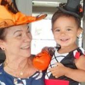 Tici Pinheiro mostra filha fantasiada de bruxinha e semelhança com avó impressiona