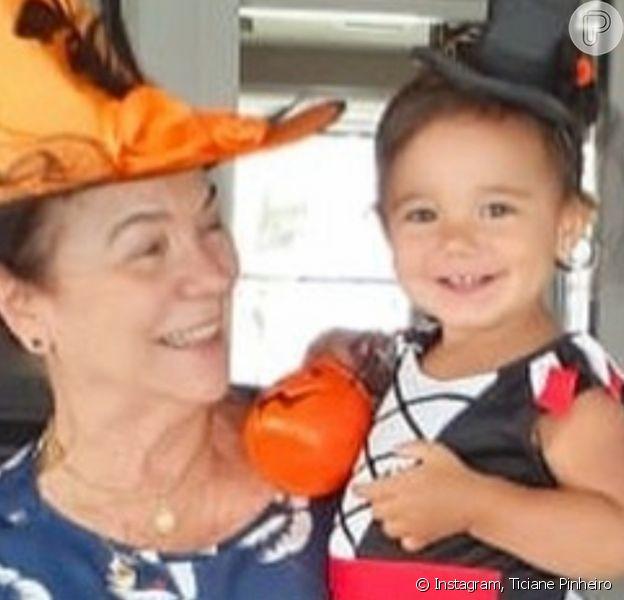 Filha caçula de Ticiane Pinheiro, Manuella, 1 ano, foi comparada à avó paterna, mãe de César Tralli, em foto: 'Parece muito'