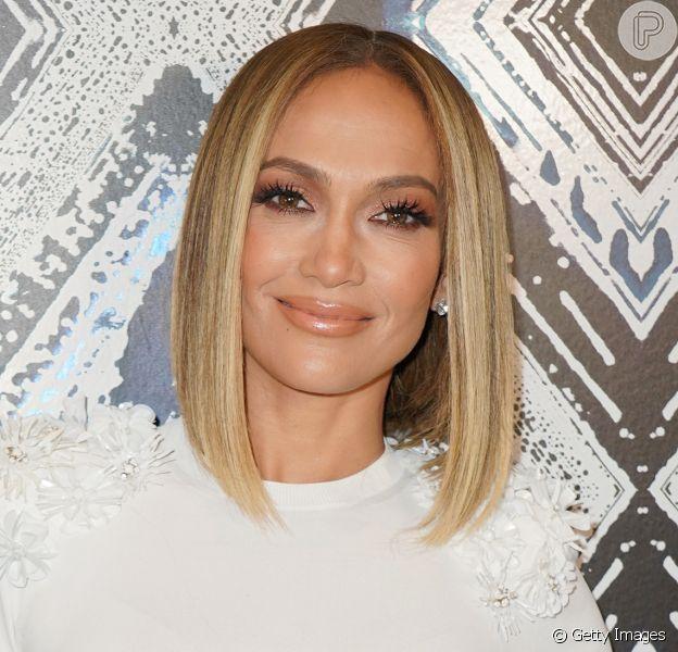 Aos 51 anos, Jennifer Lopez surge nua em capa de novo single e famosas tietam: 'Lenda'