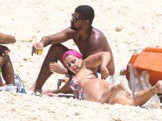 Viviane Araujo dá confere em marca de biquíni e exibe corpo em praia com namorado