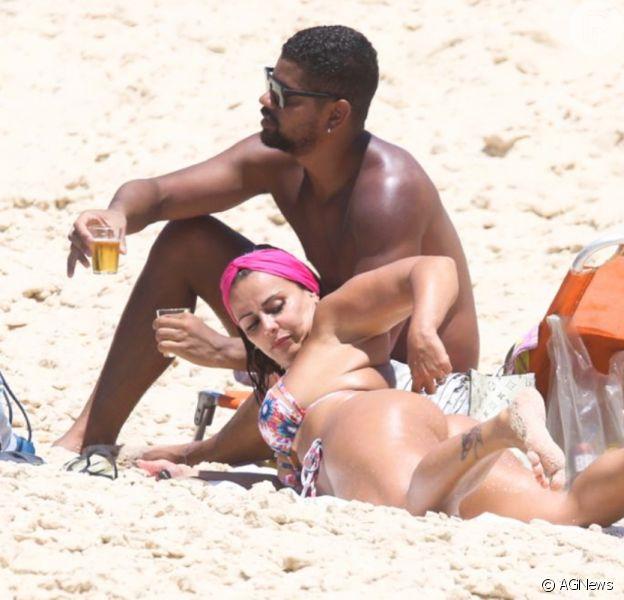 De biquíni, Viviane Araujo confere marquinha de sol ao lado do namorado em praia do RJ
