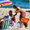 Viviane Araújo tirou o sábado (28) de sol para curtir uma praia com o namorado