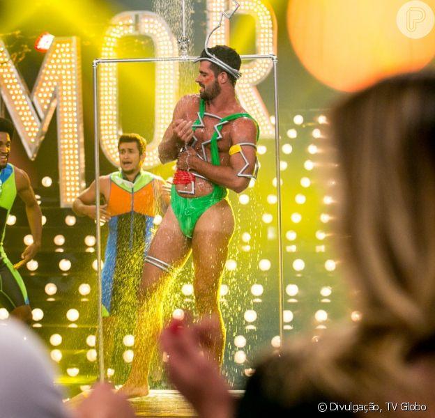 Borat, de 'Amor & Sexo', mostra pontos na barriga após levar tiro