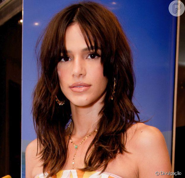 Bruna Marquezine muda o visual e adota mega-hair ondulado no cabelo