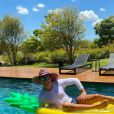 Rodrigo Faro posa em piscina e vira meme na web