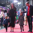Kate Middleton e príncipe William chegam ao teatro com os filhos