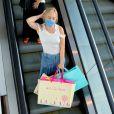 Angélica foi acompanhada de amigos às compras e saiu cheia de sacolas