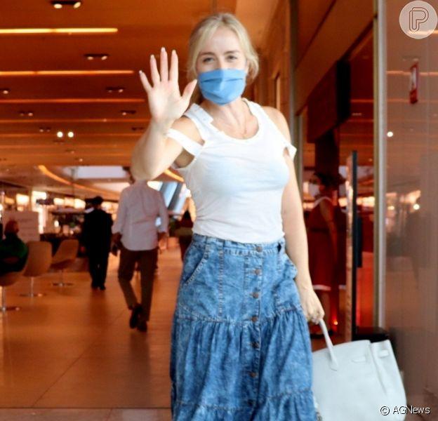 Saia jeans e blusa branca: Angélica usa look comfy para ir às compras. Fotos!