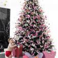 Alok mostra Ravi, seu primeiro filho, em decoração de Natal