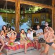 Bruna Marqeuzine fez foto divertida com amigos durante viagem