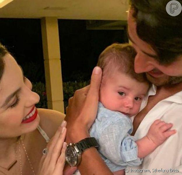 Sthefany Brito posou com o filho, Antonio Enrico, de 2 meses: 'Nossa vida inteira nos nossos braços'