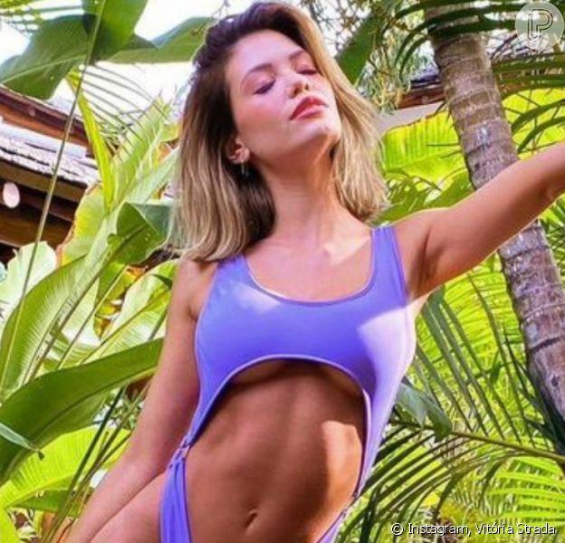 Vitória Strada renovou o bronzeado ao apostar em maiô trendy