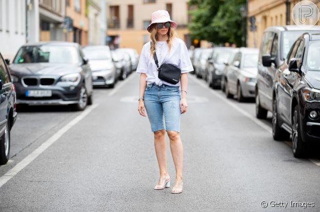 O nó na camiseta, aliado a acessórios estilosos, ajuda a mudar o visual das peças