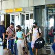 Whindersson Nunes e a namorada, Maria Lina, deixam aeroporto após retorno ao Brasil