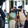 Whindersson Nunes e a namorada, Maria Lina, entram em carro para deixar aeroporto