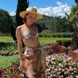 Larissa Manoela usou biquíni com estampa abstrata e chapéu estiloso