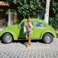 A atriz Giulia Buscaccio aliou biquíni a short jeans e camisa social
