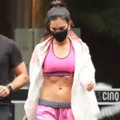De top e short curto, Mariana Rios exibe barriga seca e pernas torneadas em academia