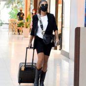 Que estilo! Juliana Paes aposta em aerolook P&B com bolsa vintage grifada. Fotos!