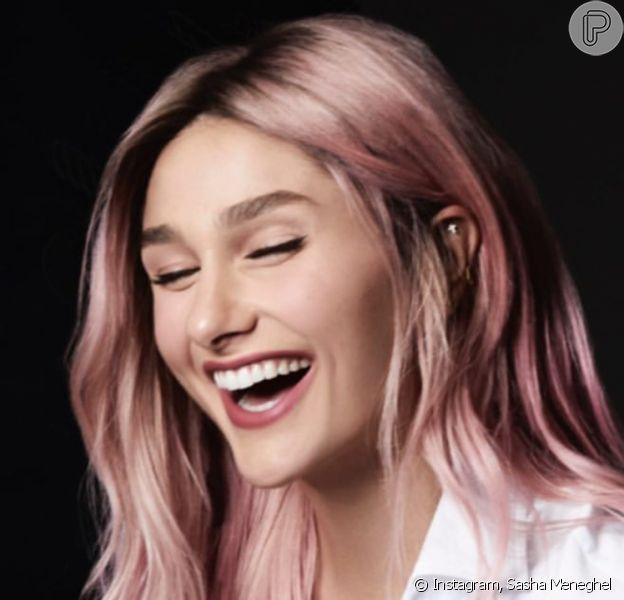 Sasha muda visual do cabelo e surge com fios cor-de-rosa. Veja antes e depois!