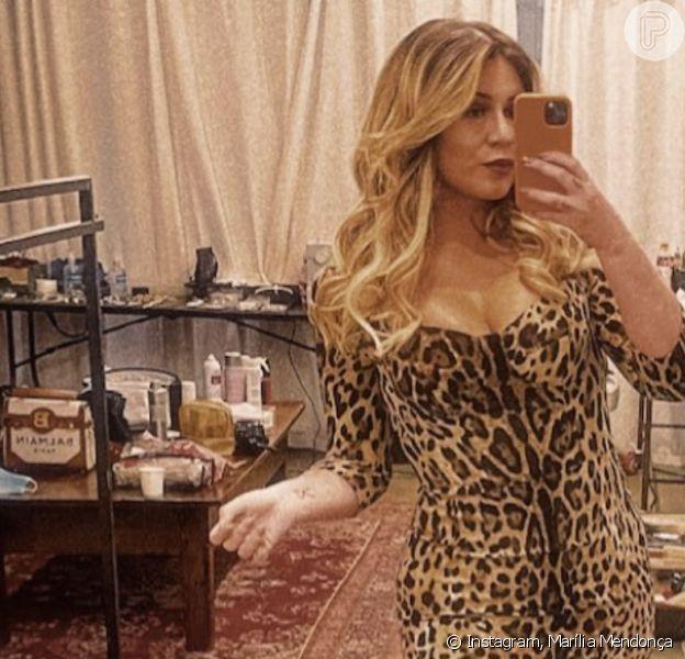 Marília Mendonça aposta em vestido animal print para clipe de dupla do irmão, em 1º de maio de 2021