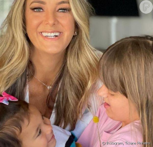 Cesar Tralli se encantou com foto de abraço de Ticiane Pinheiro nas filhas, Rafaella e Manuella: 'Muito amor envolvido'