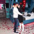 Tierry surpreende Gabi Martins com jantar romântico com violinista, balões e pétalas de rosas