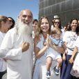 Bárbara Borges levou o filho, Martin Bem, em evento realizado por Sri Prem Baba pela paz mundial