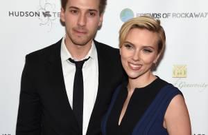 Scarlett Johansson exibe novo visual em evento beneficente com o irmão gêmeo