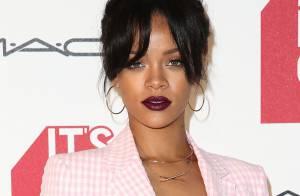 Rihanna usa look discreto com decote em première de documentário nos EUA