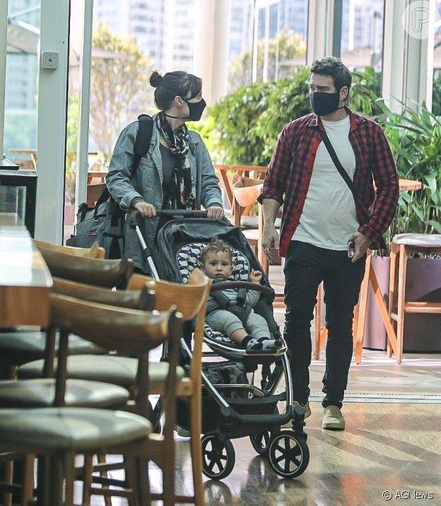 Marcos Veras e a mulher levam o filho para um passeio no Rio