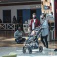 Filho de Marcos Veras rouba a cena em passeio no shopping com os papais