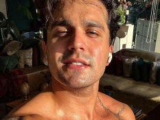 Luan Santana posa sem camisa após treino e corpo musculoso impressiona: 'Gostoso'
