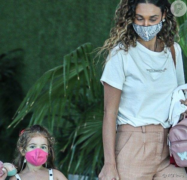 Filha de Débora Nascimento usou vestido trendy em passeio com a mãe em 26 de julho de 2021