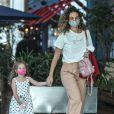 Filha de Débora Nascimento não desgrudou de sua boneca em passeio com a mãe