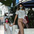 Débora Nascimento e Bella fizeram programa de mãe e filha em shopping