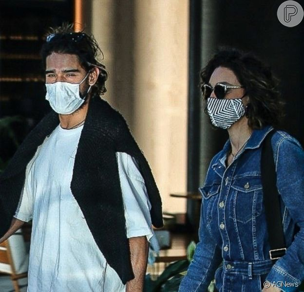 Débora Nascimento e o namorado, Marlon Teixeira, foram clicados pela primeira vez juntos durante passeio por shopping do Rio de Janeiro em 30 de julho de 2021