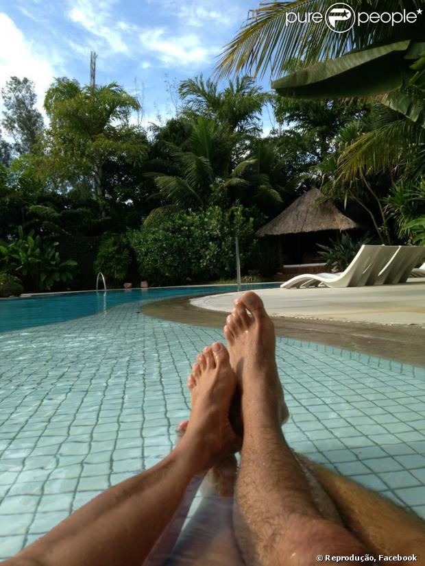 Xuxa e o namorado, Junno Andrade, curtem piscina juntos e a apresentadora publica a foto em seu Facebook, em 10 de março de 2013