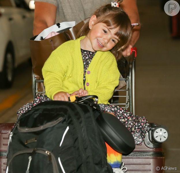 Zoe, filha de Sabrina Sato e Duda Nagle, roubou a cena em aeroporto com os pais