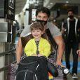Zoe se divertiu com o pai, Duda Nagle, em aeorporto de São Paulo
