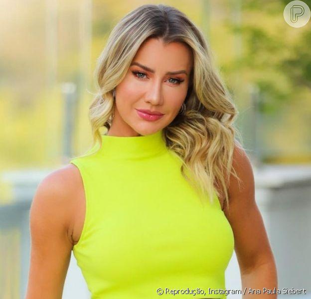 Look de Ana Paula Siebert: modelo usou cropped gola alta