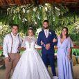 Viviane Araújo e Guilherme Militão posam com amigos em festa de casamento