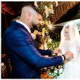 Viviane Araújo ganhou beijo do noivo, Guilherme Militão, ao chegar no altar do casamento