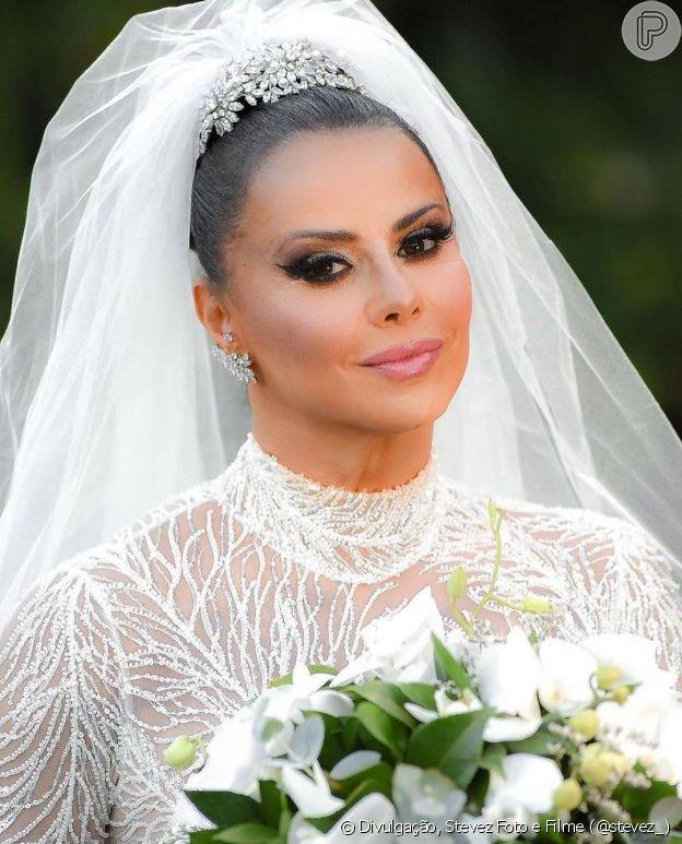 Viviane Araújo fez maquiagem com olhos marcados e batom rosa suave em dia de casamento