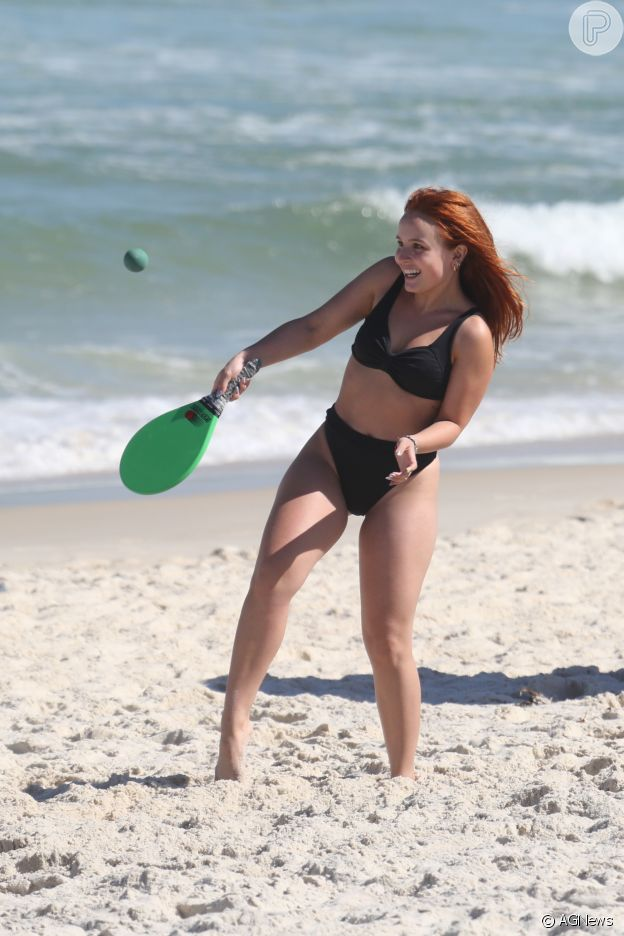 Larissa Manoela gosta de praticar esportes na praia e exibe biquíni tendência do momento