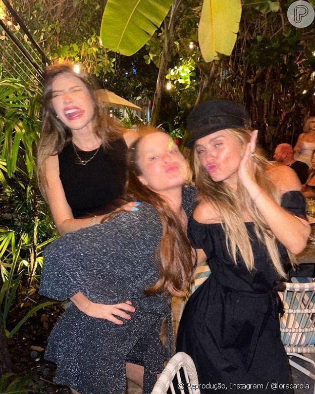 Carolina Dieckmann posta foto borrada com as amigas para mostrar que a diversão não tem fim