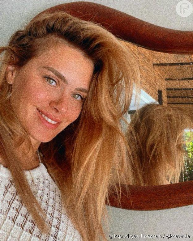 Carolina Dieckmann faz selfies com o cabelo bagunçado com frequência