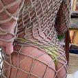 Bruna Marquezine deixa tatuagem no bumbum à mostra em look vazado