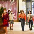 As cantoras Maraisa e Marília Mendonça apostaram em looks casuais para passeio em shopping